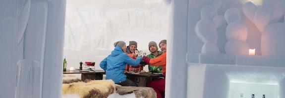 Fondue im Iglu-Dorf Davos