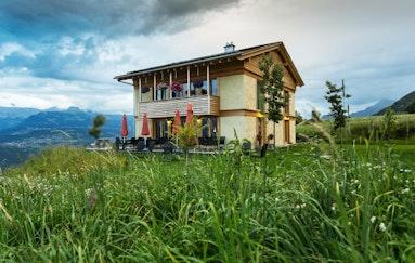 Wettbewerb: Strohballenhotel im Wallis