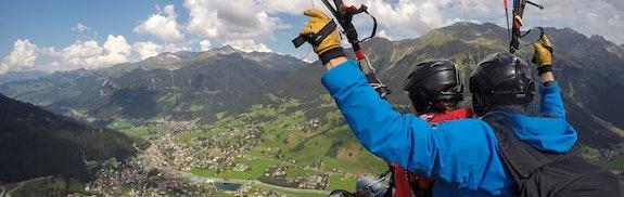 Gleitschirmflug in Davos
